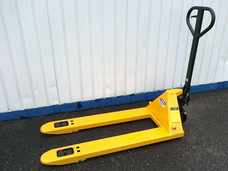 Standardní paletový vozík s nosností 2000 kg.