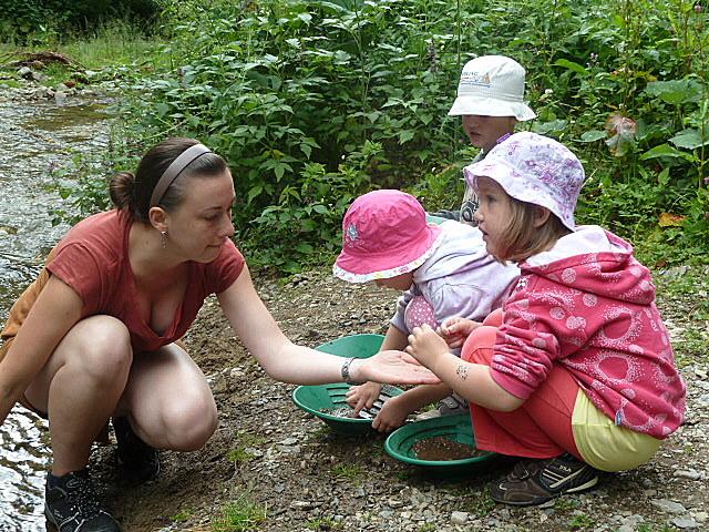 Na odpoledních programech si dětui vyzkouší i rýžování zlata na potoce pod městem.