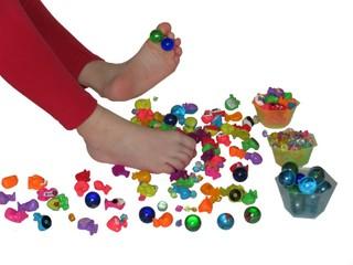 bosá noha sbírá prsty drobné hračky - pohybová hra pro děti